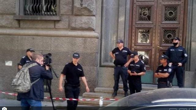 Извънредно! Протестиращи нахлуха в парламента. Караянчева: Ще говорим с майките