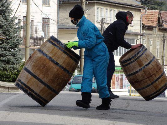 Веселка Живкова и Петьо Обретенчев спечелиха състезанието по търкаляне на бурета в Сухиндол