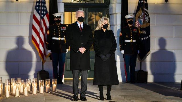 Пет дневен траур в САЩ. Джо Байдън и Камала Харис почетоха жертвите на пандемията
