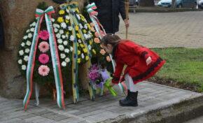 Стотици граждани на Павликени се поклониха пред паметта на Апостола