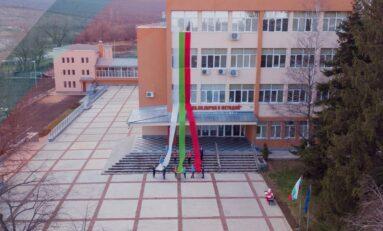 Ученици от Горна Оряховица разпънаха трикольор по повод Трети март