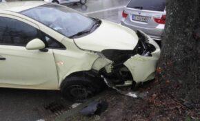 Кола се заби в дърво, 20-годишна жена е в болница