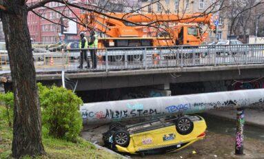 Такси падна в коритото на река в София, има ранен