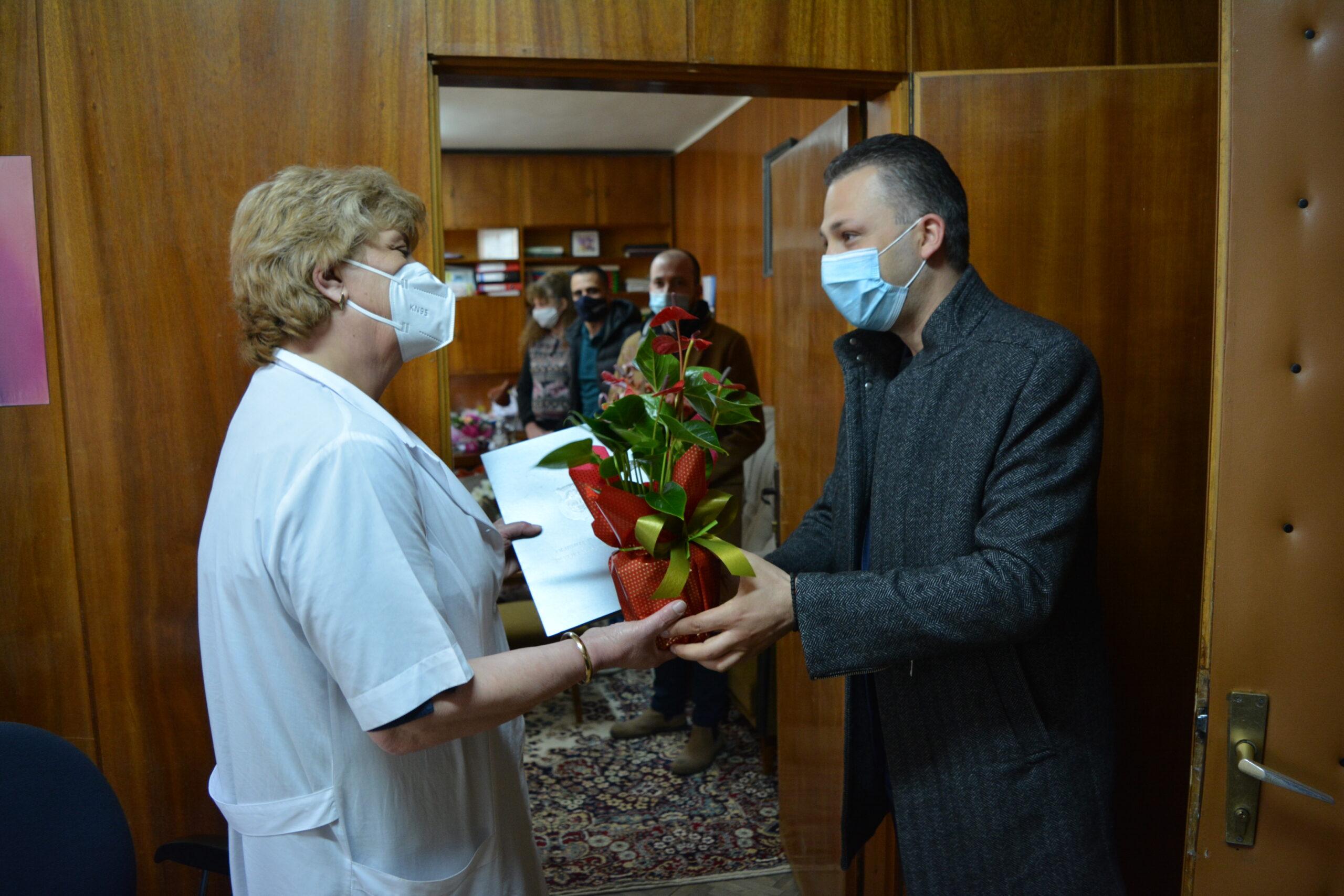 Медиците от МБАЛ-Павликени почетоха с минута мълчание и вой на сирени загиналите от Covid-19 свои колеги