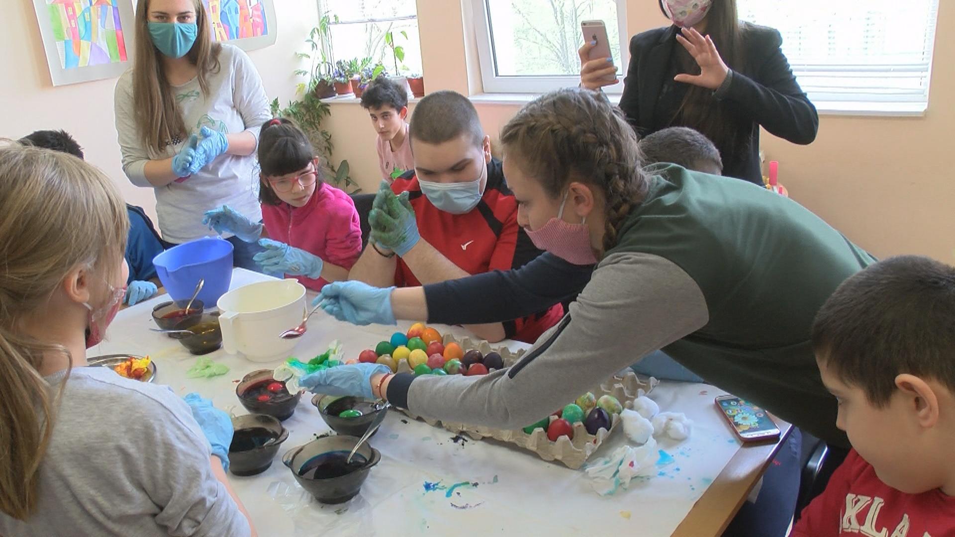В социалните центрове деца и възрастни с увреждания боядисваха яйца и правиха украса