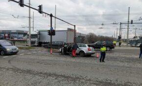 ТИР блъсна два автомобила на кръстовище в Русе, трима души са в болница