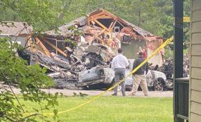 Четирима души са загинали след като самолет се разби в къща