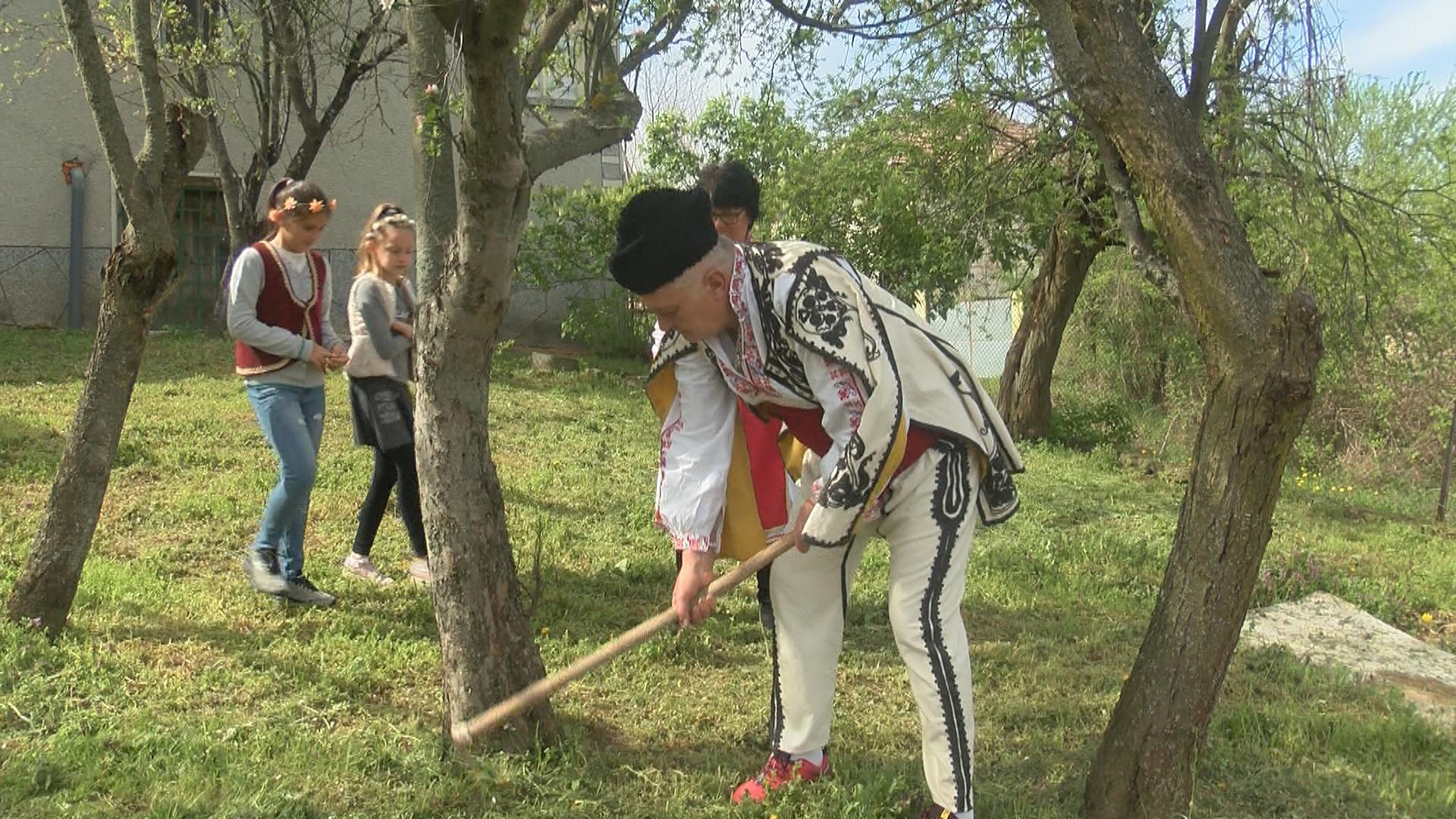 В Балканци миналогодишното великденско яйце се заравя под плодно дръвче за здраве и берекет (СНИМКИ)