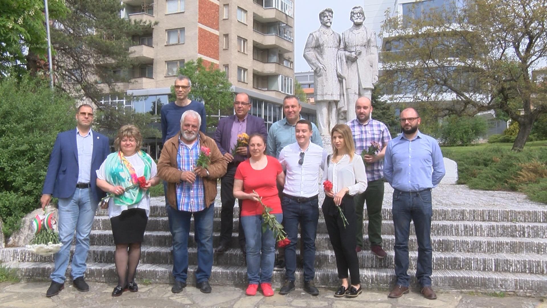 Социалистите отбелязаха 1 май с цветя на паметника на Никола Габровски и Димитър Благоев