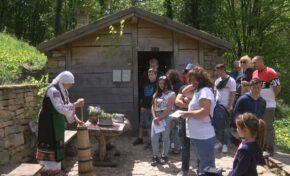 Стотици посетители в Етъра се запознаха как се бие масло и как се прави сирене (СНИМКИ)