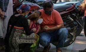 В Индия вярват на фалшиви новини за Ковид-19 и пият отвари срещу вируса