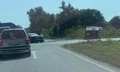 Жена пострада след удар между микробус и кола на пътя София- Варна край Стражица (ОБНОВЕНА)