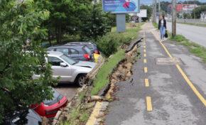 Велоалея пропадна, смачка паркирани коли