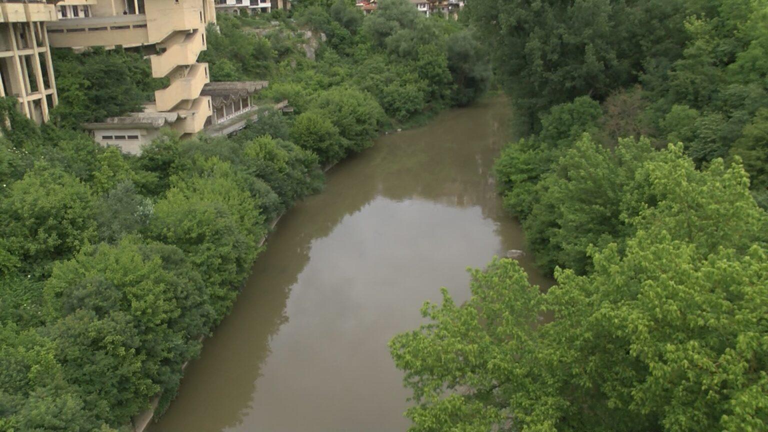 Следят на всеки част нивото на река Янтра заради поройните валежи