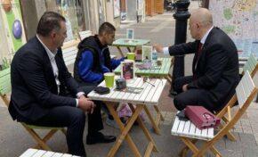 Иван Гешев и Румен Попов на кафе с бития Митко с чорапите