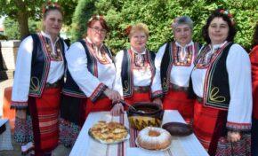 Празника на първомайския разсол събра десетки любители кулинари през уикенда.