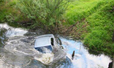 Жена е в болница, след като падна с колата си в река