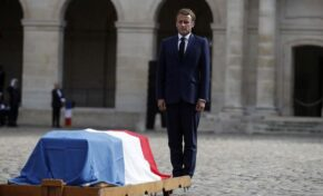 Франция изпрати Жан-Пол Белмондо като държавен глава