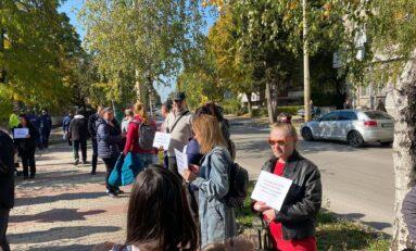 Десетки великотърновци излязоха на протест пред сградата на РЗИ заради зеления сертификат (СНИМКИ/ВИДЕО)
