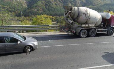 Катастрофа между бетоновоз и кола край Благоевград